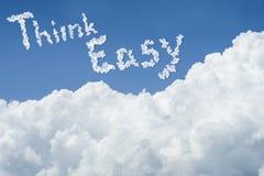 Cielo azul hermoso y nube blanca Día asoleado Cloudscape ciérrese encima de la nube el texto piensa fácil consiga la vida simple  Imagen de archivo libre de regalías