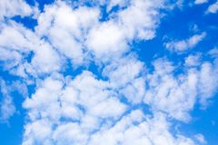 Cielo azul hermoso y nubes blancas Foto de archivo libre de regalías