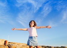 Cielo azul inferior al aire libre de los brazos abiertos de la muchacha Fotos de archivo libres de regalías