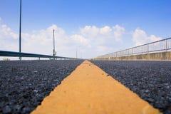 Cielo azul, la carretera sin fin Imagen de archivo