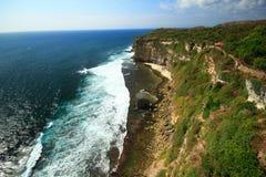 Cielo azul lateral de océano del mar del acantilado Imagen de archivo libre de regalías