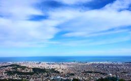 cielo azul mágico sobre un paisaje urbano panorámico del concepto de la ciudad Fotos de archivo libres de regalías