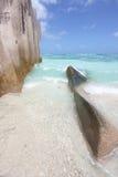 Cielo azul, mar azul y rocas en la playa Foto de archivo