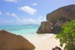 Cielo azul, mar azul y rocas en la playa Imagenes de archivo
