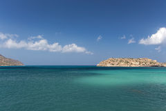 Cielo azul, mar e isla Imágenes de archivo libres de regalías
