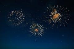 Cielo azul marino de la noche con el fondo de la celebración del fuego artificial Fotografía de archivo