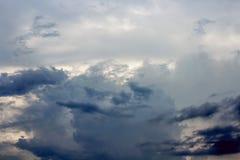 Cielo azul marino puesta del sol con el foco suave debido al tiro largo de la exposición Fotografía de archivo