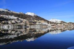 Cielo azul, montaña blanca, lago y vill de St Moritz Foto de archivo