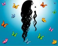 Cielo azul, muchacha del contorno y mariposas Foto de archivo