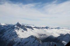 Cielo azul, nube y montaña de la nieve, Nueva Zelanda del sur Fotografía de archivo