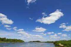 Cielo azul, nubes blancas Imagen de archivo