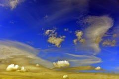 Cielo azul, nubes blancas en un fondo del día soleado Imagen de archivo