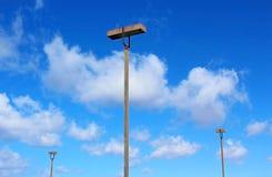 Cielo azul, nubes blancas y tres lámparas del camino Imagen de archivo libre de regalías