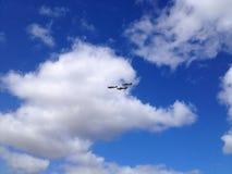 Cielo azul, nubes y aeroplanos Imagen de archivo