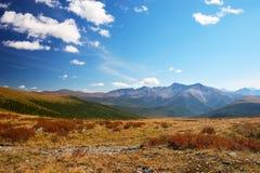 Cielo azul, nubes y montañas. Imagen de archivo