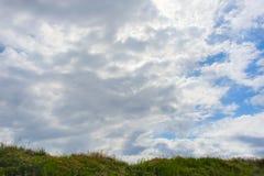 Cielo azul nublado fotografía de archivo