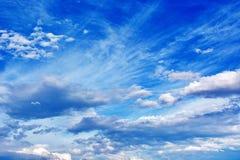 Cielo azul nublado imagen de archivo