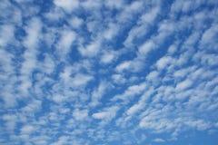 Cielo azul nublado Imagen de archivo libre de regalías