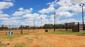 Cielo azul nublado de los terrenos de entrenamiento del rodeo imagen de archivo libre de regalías
