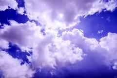 Cielo azul nublado del verano hermoso en Janjehli, Himalays Imagen de archivo libre de regalías
