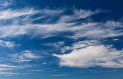 Cielo azul nublado en un día foto de archivo libre de regalías