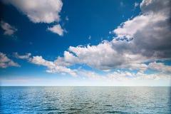 Cielo azul nublado sobre una superficie del mar Fotografía de archivo libre de regalías