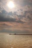 Cielo azul nublado sobre una superficie del mar Imágenes de archivo libres de regalías