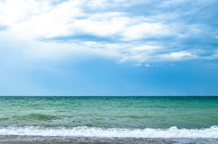 Cielo azul nublado y el mar Foto de archivo