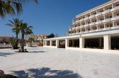 Cielo azul, palmas y edificios del hotel. Fotografía de archivo