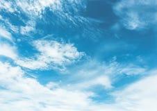 Cielo azul pintado con las nubes blancas Imagen de archivo libre de regalías