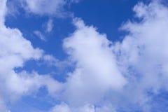 Cielo azul profundo con las nubes Fotografía de archivo libre de regalías