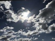 Cielo azul profundo imagenes de archivo