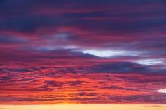 Cielo azul rosado anaranjado de la puesta del sol dramática épica hermosa con textura del fondo de las nubes fotografía de archivo libre de regalías