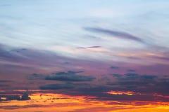 Cielo azul rosado anaranjado de la salida del sol dramática suave hermosa con las nubes fotos de archivo