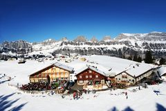 Cielo azul sobre centros turísticos suizos Imagen de archivo libre de regalías