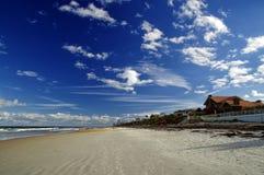 Cielo azul sobre Daytona Beach, la Florida, los E.E.U.U. imágenes de archivo libres de regalías