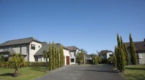 Cielo azul sobre hogares. Imagenes de archivo