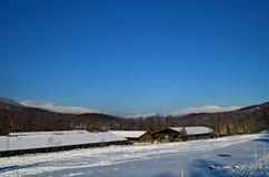 Cielo azul sobre las montañas Fotografía de archivo