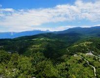 Cielo azul sobre las montañas imagen de archivo libre de regalías