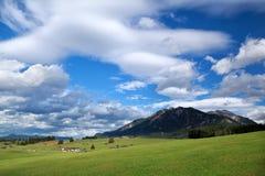 Cielo azul sobre prados alpinos Imagen de archivo libre de regalías