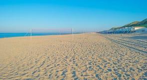 Cielo azul sobre una playa a lo largo del mar Imagenes de archivo