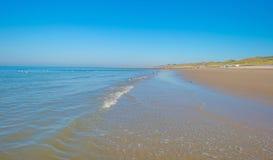 Cielo azul sobre una playa a lo largo del mar Fotos de archivo libres de regalías