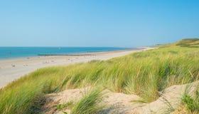 Cielo azul sobre una playa a lo largo del mar Fotografía de archivo