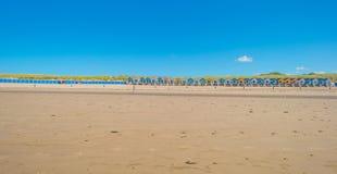 Cielo azul sobre una playa a lo largo del mar Imágenes de archivo libres de regalías