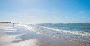 Cielo azul sobre una playa a lo largo del mar Foto de archivo