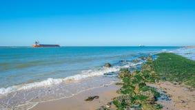Cielo azul sobre una playa a lo largo del mar Fotos de archivo