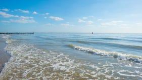 Cielo azul sobre una playa a lo largo del mar Imagen de archivo libre de regalías