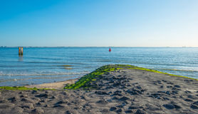 Cielo azul sobre una playa a lo largo del mar Imagen de archivo