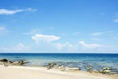 Cielo azul, Sunny Day, playa hermosa de Chintheche, el lago Malawi Imágenes de archivo libres de regalías