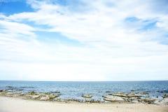 Cielo azul, Sunny Day, playa hermosa de Chintheche, el lago Malawi Imagenes de archivo